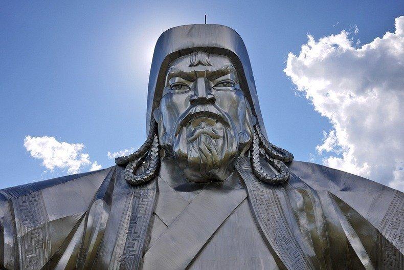 http://www.funpress.ru/uploads/posts/2013-09/1379320133_statuya-chingishana-8.jpg