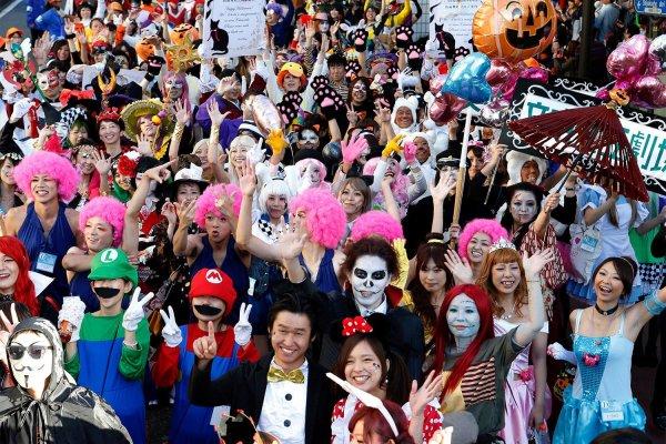Костюмированный хэллоуинский парад в Токио (15 фото)